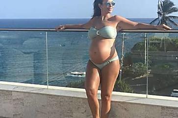 Grávida de gêmeas, Ivete Sangalo exibe barriga em foto de biquíni