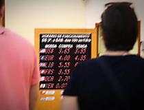Dólar corrige e registra maior queda diária desde maio; Bolsa fecha em alta